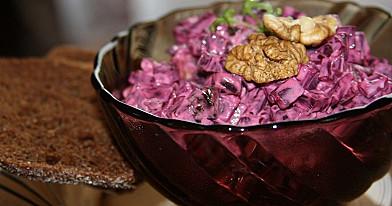 Burokėliai kitaip arba burokėlių salotos su džiovintomis slyvomis ir graikiniais riešutais