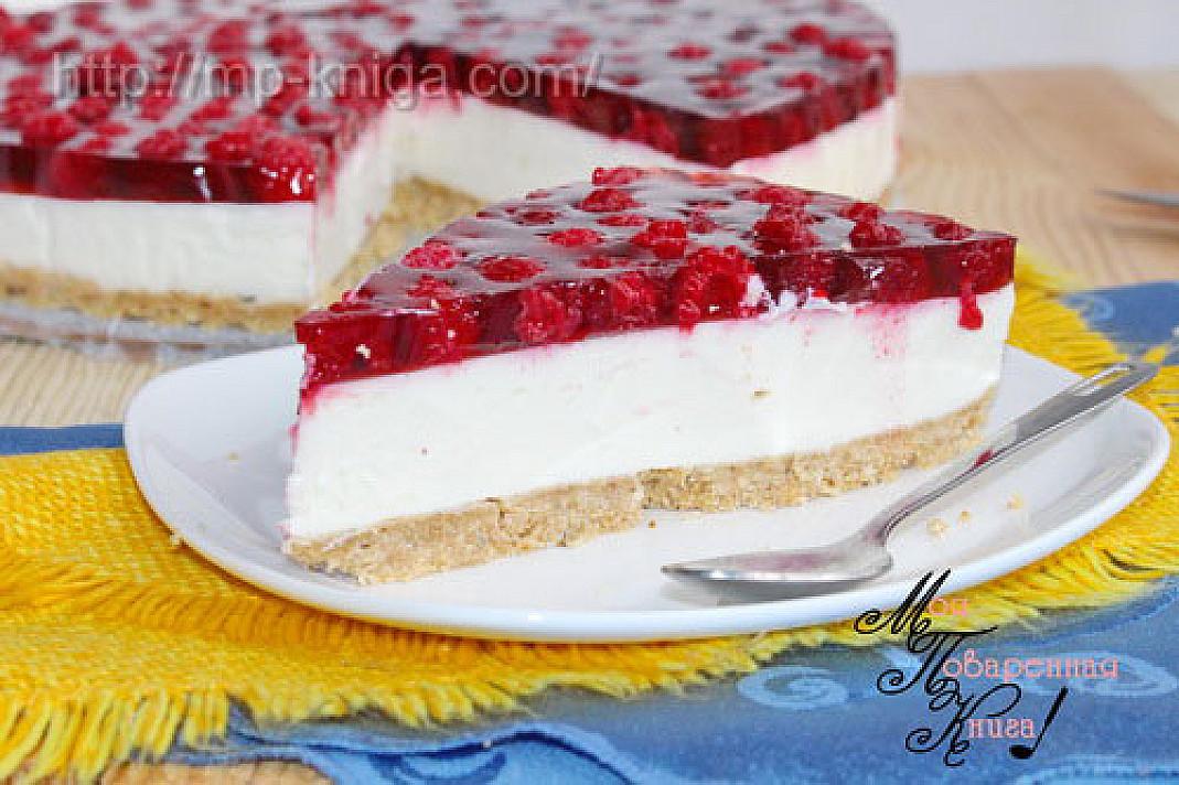 Twarogowy tort-ciasto z ciasteczek i z malinowej galaretki bez pieczenia