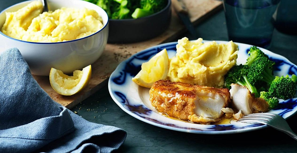 Žuvis: Menkė džiūvėsėliuose su bulvių koše