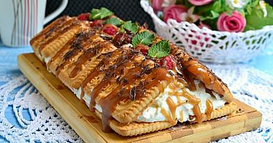 Tort z ciasteczek i twarożka z malinami - bez pieczenia