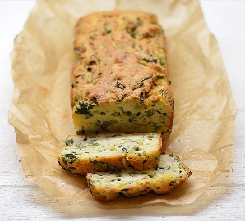 Vegetariškas nesaldus pyragas su sūriu ir svogūnų laiškais