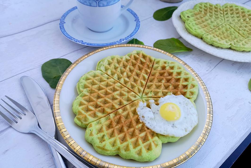 Blynai vaflių keptuvėje: Špinatų širdelės su kiaušiniu