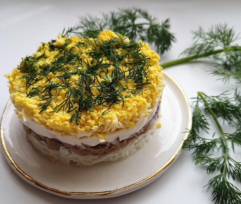 """Sluoksniuota mišrainė """"Mimoza"""" su tunu"""