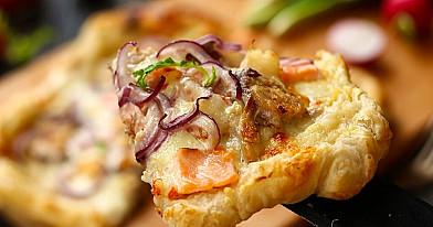 Domowa pizza pieczona w piekarniku z ciastem francuskim