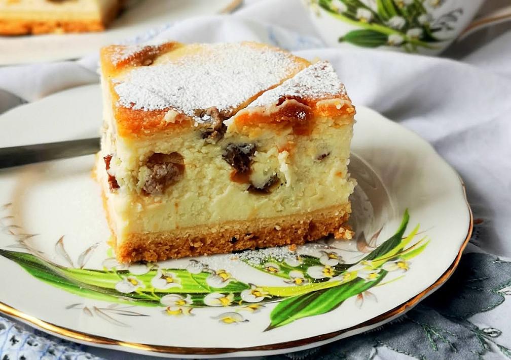 Sernik - lenkiškas varškės pyragas su razinomis