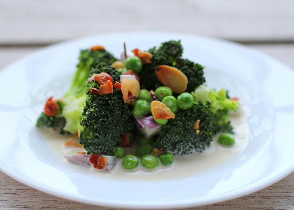 Brokolių salotos su migdolais ir šonine