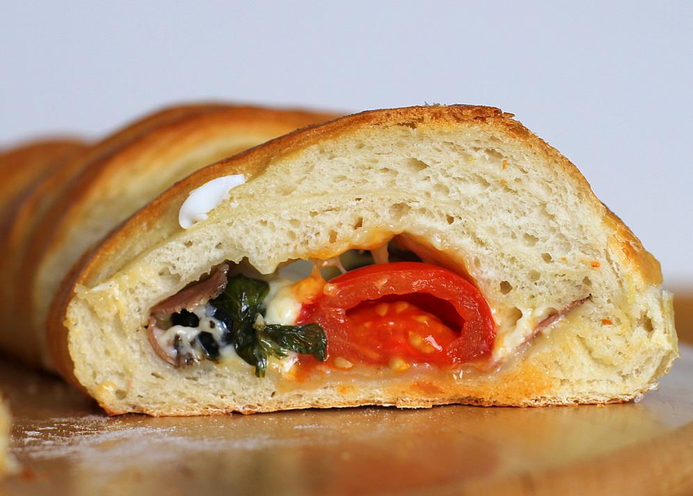 Duonos vyniotinis su džiovinta mėsa, sūriu, kiaušiniais ir bazilikais