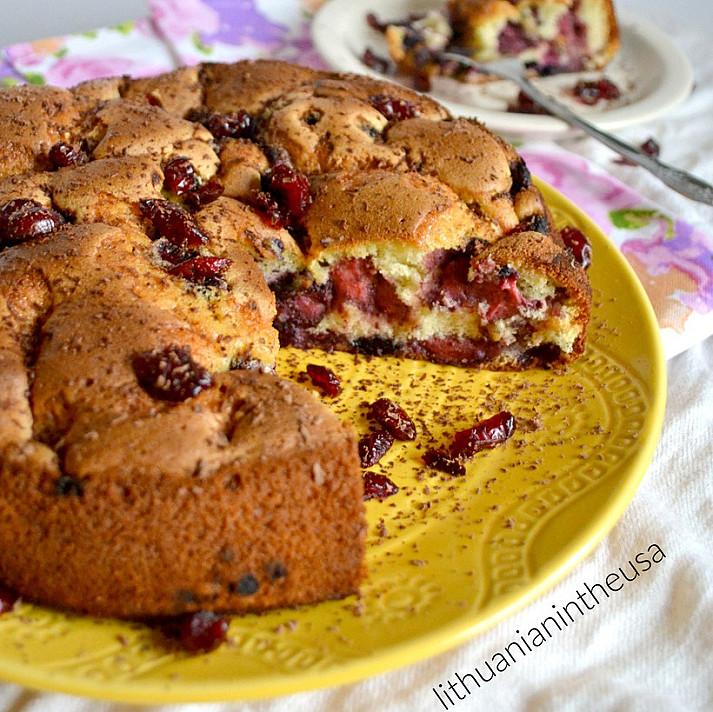Biskvitinis, purus uogų pyragas