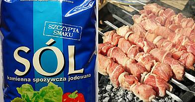 Dowiedz się, dlaczego podczas smażenia mięsa wylewa się sól na żar