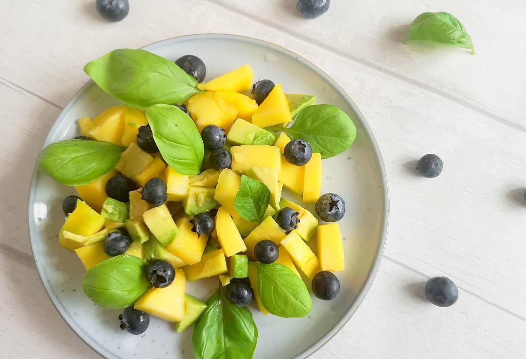 Sveikos ir greitos mango ir avokado salotos su šilauogėmis