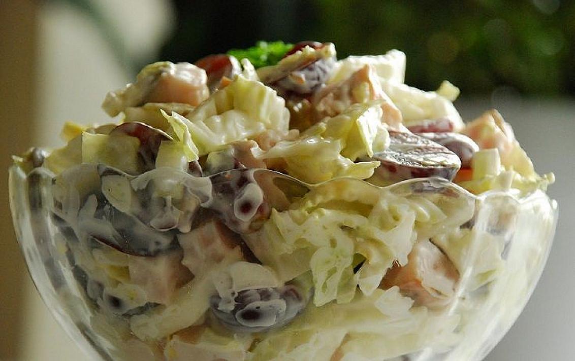 Rūkytos vištienos ir vynuogių salotos