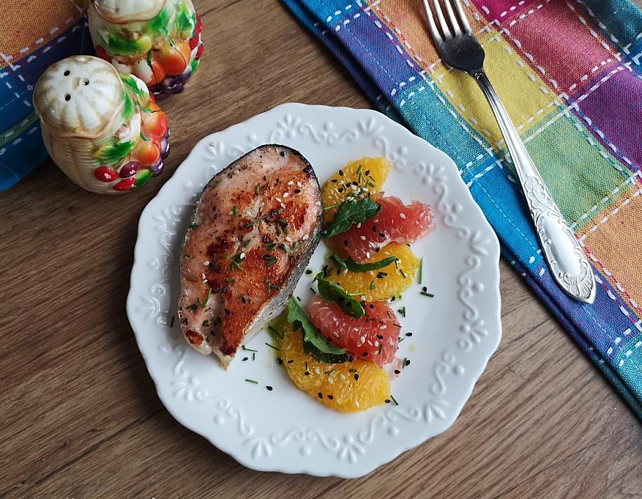 Keptuvėje kepta lašiša su citrusinėmis salotomis