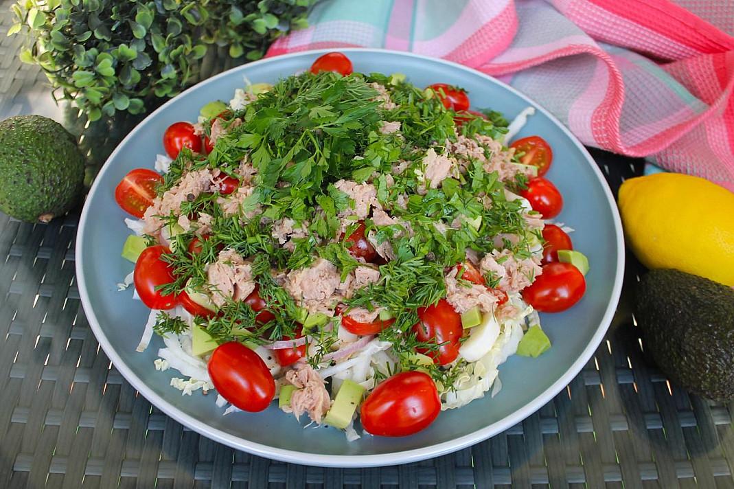 Sałatka z tuńczykiem, kapustą pekińską, awokado, pomidorkami koktajlowymi i mozzarellą