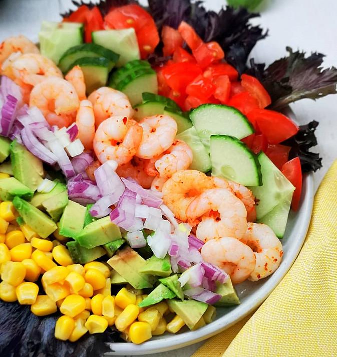 Salotos su krevetėmis, pomidorais, agurkais ir kukurūzais