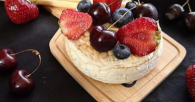 Orkaitėje keptas camembert (kamambero) sūris su medumi ir riešutais
