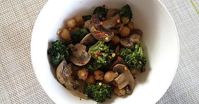 Vegetariškas troškinys: Pievagrybiai su brokoliais ir avinžirniais