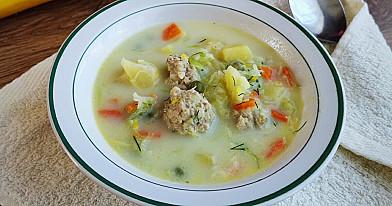 Soti daržovių sriuba su lydytu sūreliu ir mėsos kukuliais