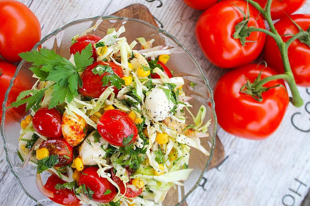 Sałatka z młodej kapusty z mozzarellą i pomidorami wiśniowymi