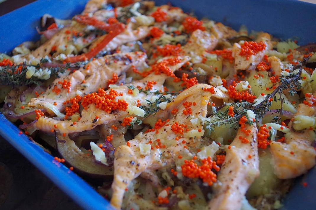 Sotus lašišos bulvių apkepas su baklažanų užklotu ir pelėsiniu sūriu