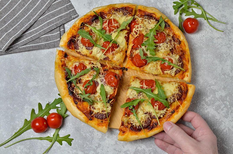 Pizza z kiełbasą, pomidorami i serem