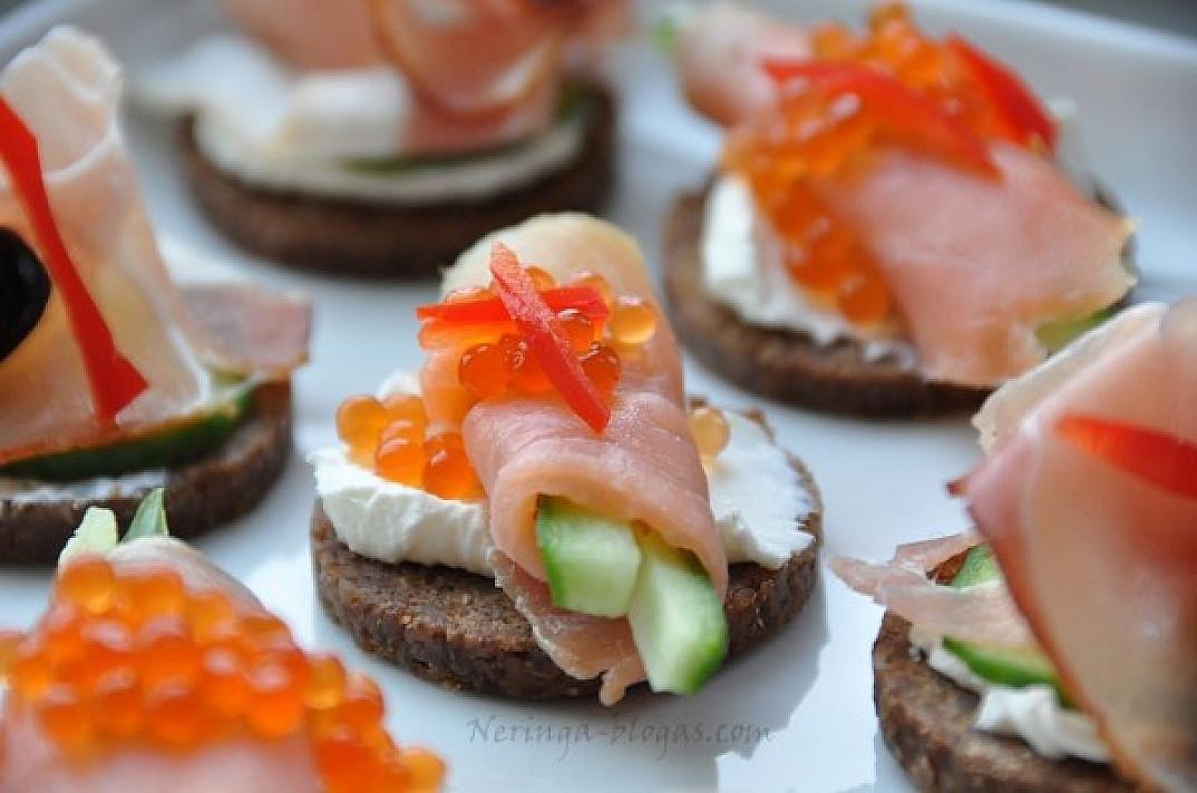Maži sumuštinukai - užkandis prie vyno: Canapes su lašiša bei kumpiu