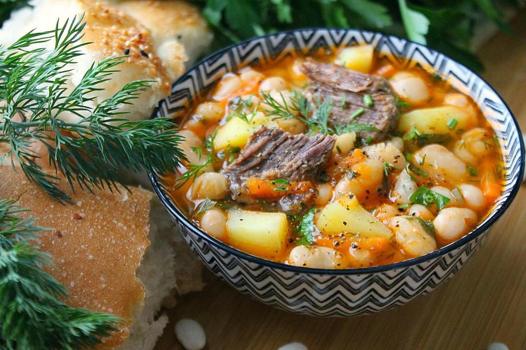 Zupa z fasolą, mięsem i ziemniakami