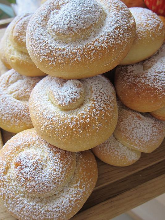 Ispaniškos pusryčių bandelės, apibarstytos cukraus pudra