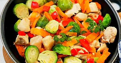 Greitas vištienos troškinys su daržovėmis, gamintas keptuvėje