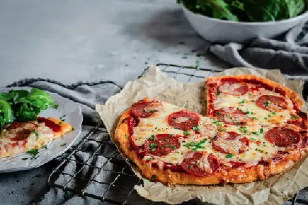 Kiaušinių pagrindo keto pica su sūriu ir saliamiu