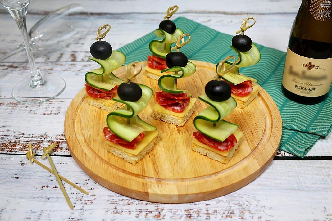 Kanapki z kiełbasą i serem na szpikulce