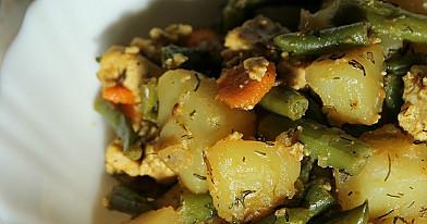 Veganiškas troškinys: bulvės, tofu ir šparaginės pupelės
