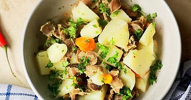 Ančiukų skilvelių troškinys su bulvėmis, morkomis ir pievagrybiais