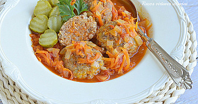 Orkaitėje kepti grikių ir maltos mėsos kukuliai pomidorų padaže