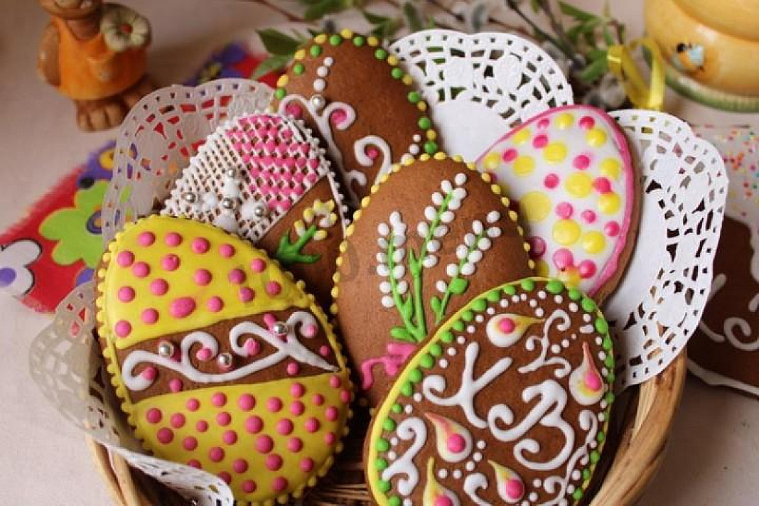 Malowane pierniki w formie jajek wielkanocnych