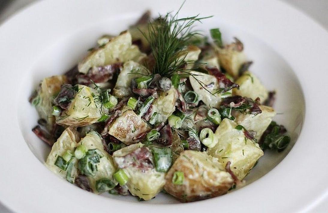 Sočios vasariškos bulvių salotos su antiena (arba rūkytu kumpiu)