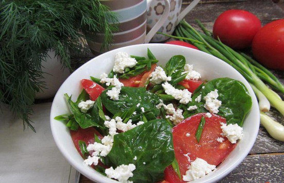 Salotos: Špinatai su pomidorais ir varške