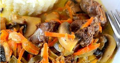 Vištienos kepenėlės su morkomis ir grybais grietinėlės padaže