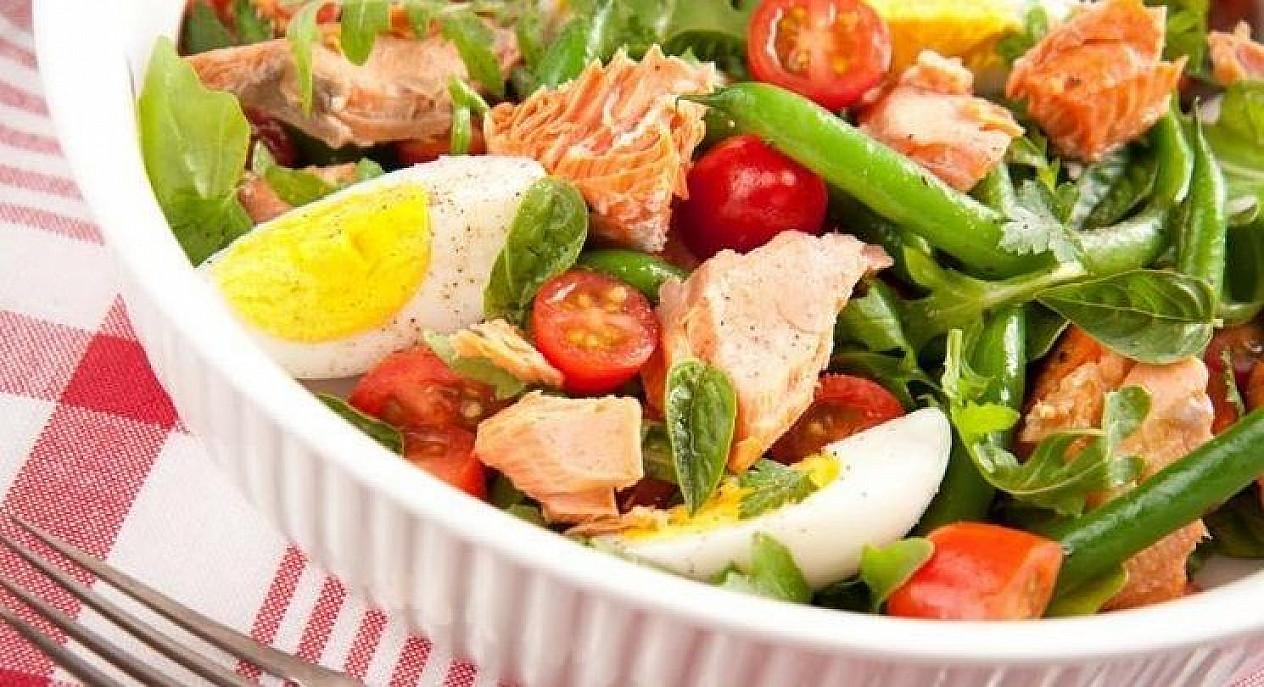 Sveika ir skanu: daržovių salotos su kepta lašiša