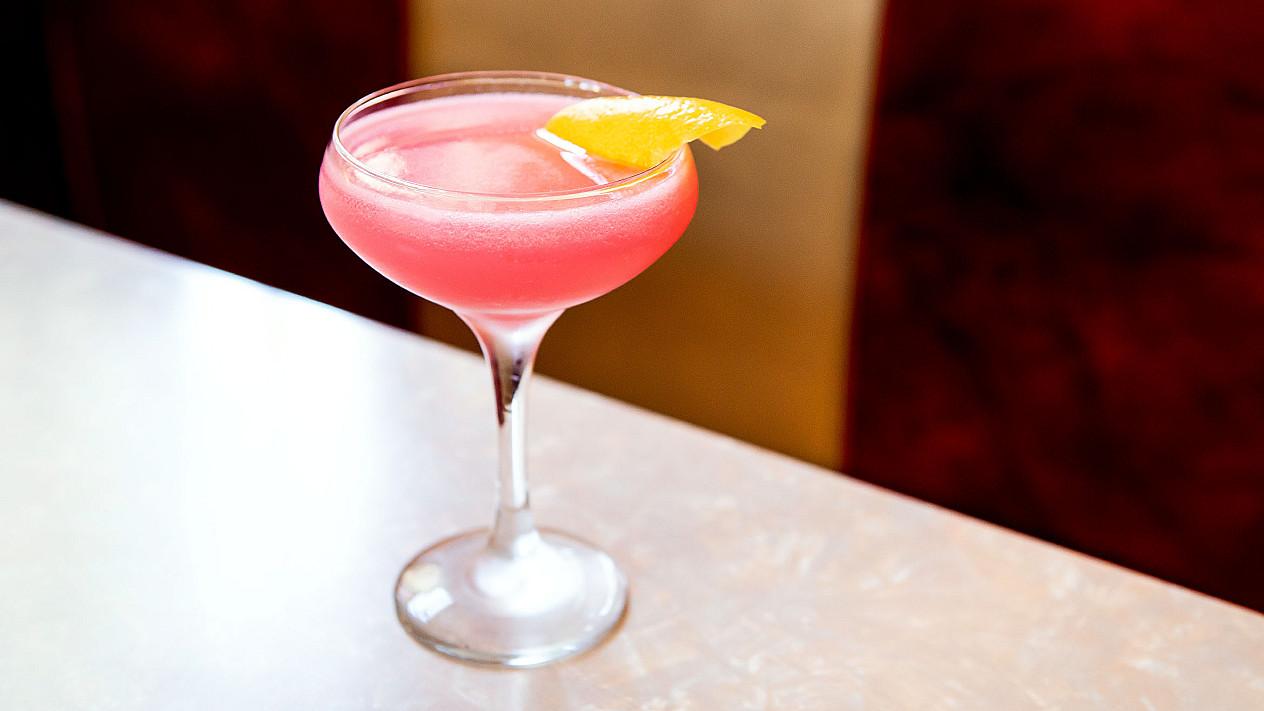 """Cosmopolitan (""""Kosmopolitanas"""") - degtinės ir apelsinų likerio kokteilis"""