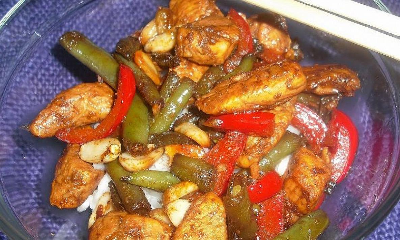 Vištiena stir-fry su šparaginėmis pupelėmis
