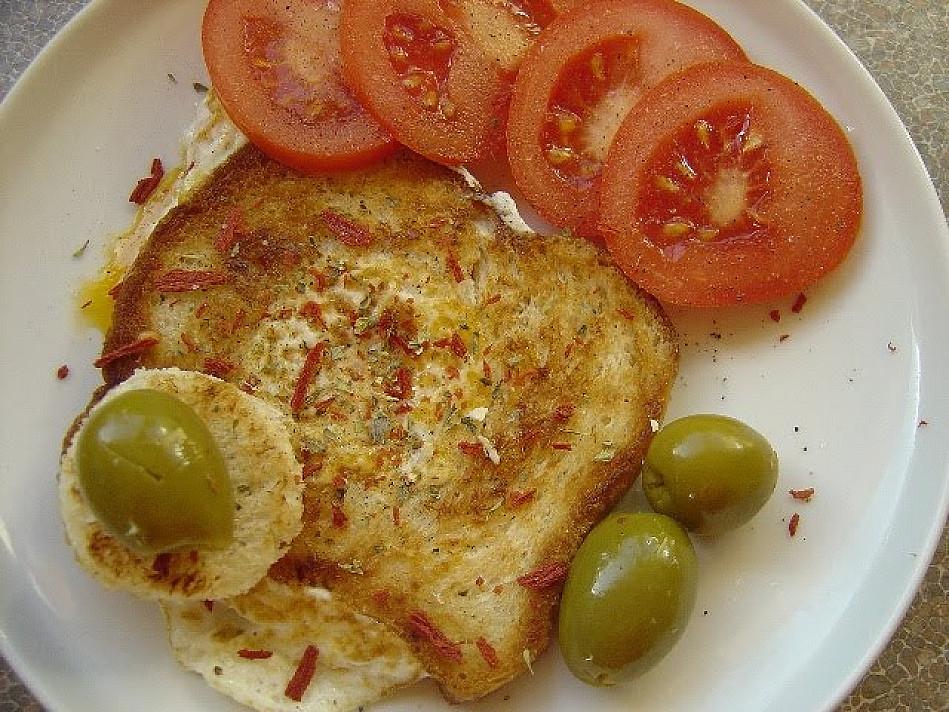 Karšti sumuštiniai su kiaušiniu pirato akis keptuvėje