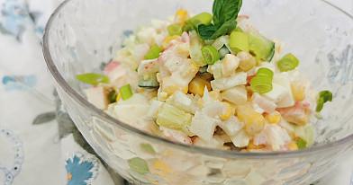 Krabų lazdelių salotos su ridikėliais ir konservuotais kukurūzais