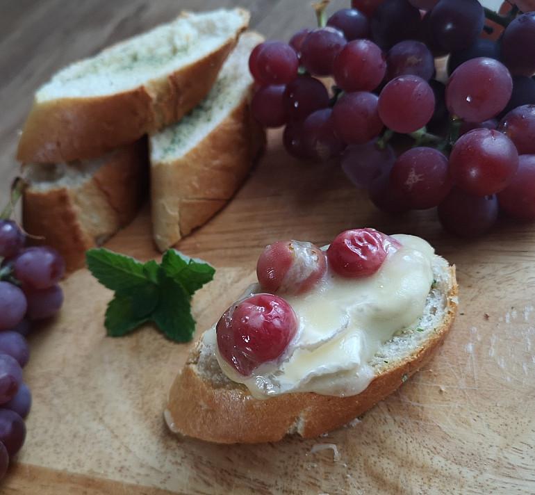 Karštas užkandis: Keptas camambert (kamambero) sūris su vynuogėmis