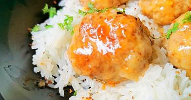 Azijietiški mėsos kukuliai su kokosiniais ryžiais
