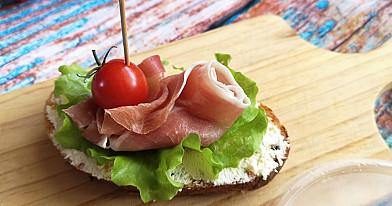 Karštas užkandis-sumuštinis: Brušeta su kumpiu ir užtepėle