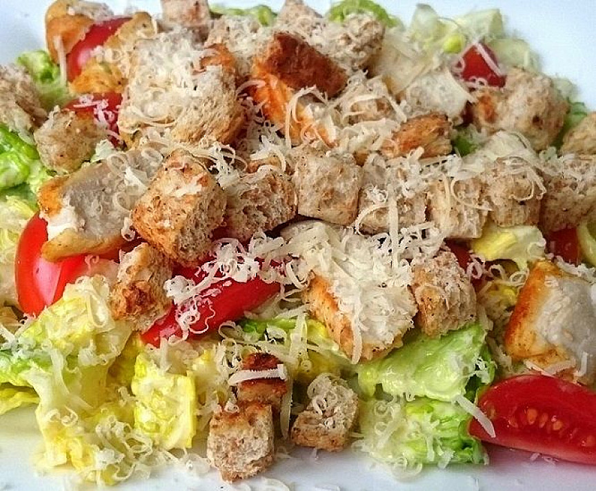 Cezario salotos su vištienos krūtinėle