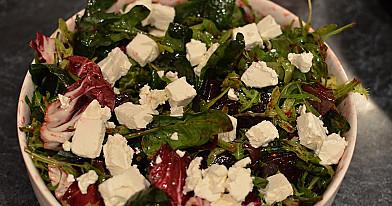 Karamelizuotų burokėlių salotos su feta sūriu