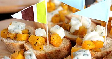 Vieno kąsnio sumuštinukai su moliūgu ir mėlynojo pelėsio sūriu
