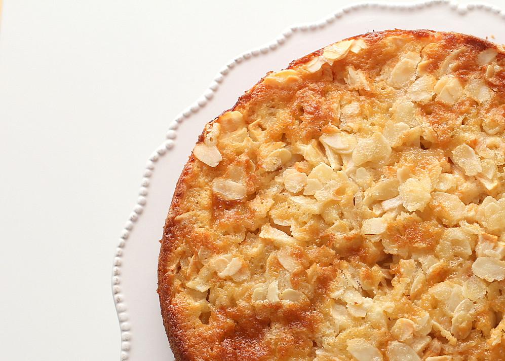 Paprastai pagaminamas obuolių pyragas su migdolų plutele