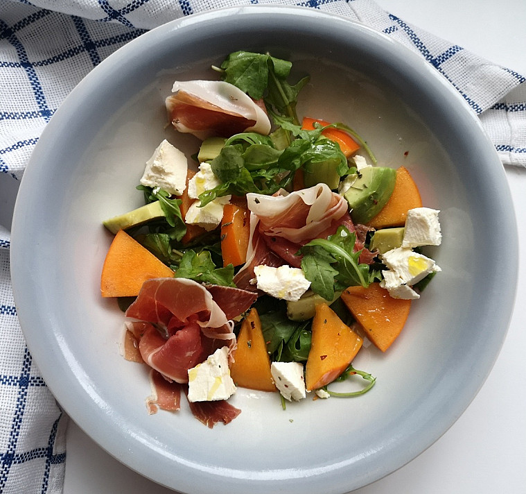 Salotos su persimonais, kumpiu ir feta sūriu